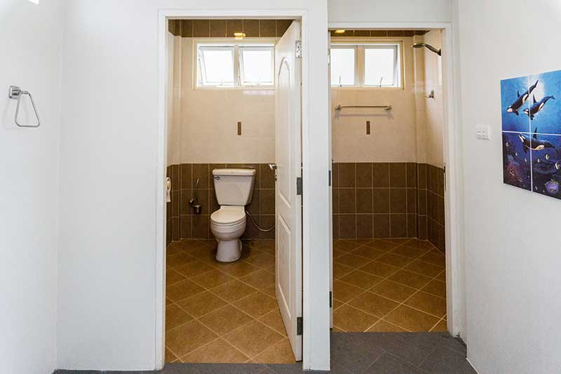 poolhouse_toilet-shower2b